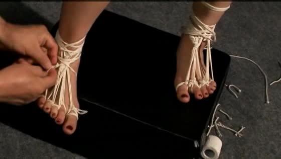 足の指まで縄でキツく縛られ調教を受ける女、時折呻き声を漏らして縄の苦しみに耐え続ける